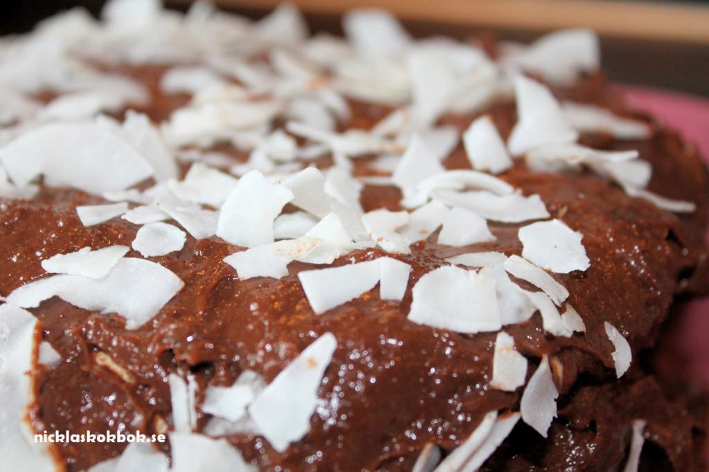 mjölkfri bountytårta med kokoschips